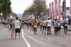 Spectateurs observant le passage de coureurs à camarades Ultra Marathon Images libres de droits