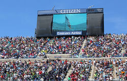 Spectateurs se tenant chez Arthur Ashe Stadium pour la représentation américaine d'hymne pendant la cérémonie d'ouverture pour Art Photo libre de droits