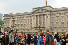 Spectators in front of the Buckingham Palace Stock Photography
