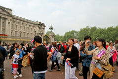 Spectators in front of the Buckingham Palace Royalty Free Stock Photos