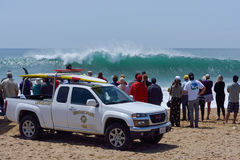 Spectators and lifeguards observing huge surf Royalty Free Stock Photos