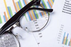 关闭一个对在会计的桌面上的specticals 免版税库存照片