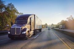 18 speculant semi vrachtwagen op weg met de gloed van de zonlens stock afbeeldingen