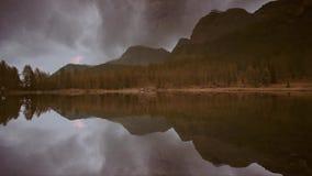 Specular επανάληψη ενός ποταμού στα υψηλά βουνά το φθινόπωρο φιλμ μικρού μήκους