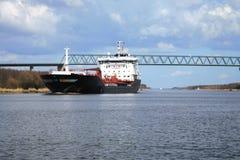Spedica con carico sul canale di Kiel, Germania. Fotografia Stock