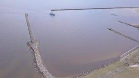 Spedisca andare dentro Harbor la vista aerea di Roja Lettonia del video di vista superiore 4K UHD del fuco della campagna archivi video