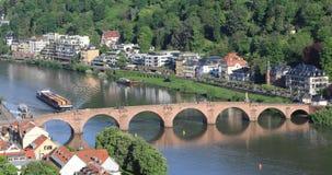 Spedisca con i contenitori accanto al vecchio ponte a Heidelberg stock footage