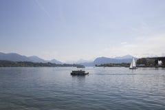 Spedisca davanti ai picchi di montagne innevati delle alpi sul lago Lucerna, Svizzera centrale Le vele della barca lungo il lago Fotografie Stock