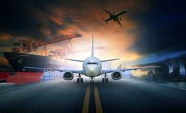 Spedisca il contenitore di caricamento nel pla delle merci aviotrasportate del pilastro e di importazioni-esportazioni Immagine Stock