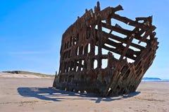 Spedisca il relitto sulla costa dell'Oregon vicino a delusione della spiaggia e del capo del cannone immagini stock
