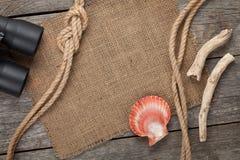 Spedisca la corda con tela da imballaggio sul vecchio fondo di legno di struttura Fotografie Stock