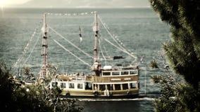Spedisca le vele in FILM blu profondo del mare adriatico delle onde VECCHIO stock footage