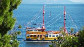 Spedisca le vele in onde blu profonde del mare adriatico stock footage