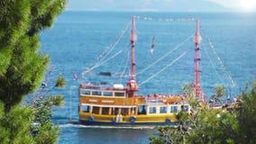 Spedisca le vele in onde blu profonde del mare adriatico archivi video