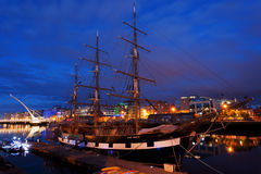 Spedisca sul fiume di Liffey, Dublino alla notte Fotografie Stock Libere da Diritti