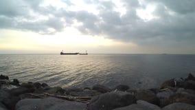 Spedisca voyaging sul mare al tramonto crepuscolare di crepuscolo siluette video d archivio