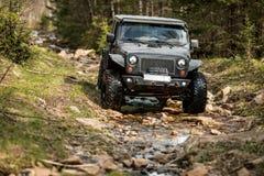 Spedizione estrema fuori strada sul wrangler nero della jeep fotografie stock libere da diritti