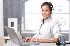 Spedizioniere felice di chiamata con il computer portatile Fotografia Stock