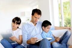 Spedning tid för familj tillsammans men separat Arkivbild