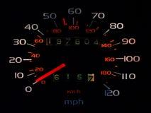 Spedometer del coche que brilla intensamente en oscuridad Fotos de archivo