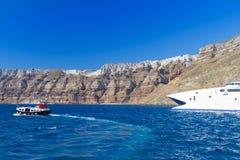 Speedboat på den vulkaniska klippan för kick av den Santorini ön royaltyfri foto