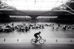 Speedcubing konkurrens i mitt av det inomhus cykelspåret Arkivfoto