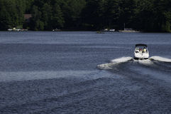 Speeding boat on a lake Royalty Free Stock Photography