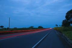 Speedingon de los coches una carretera, Guatemala, America Central, coche de la velocidad fotos de archivo libres de regalías