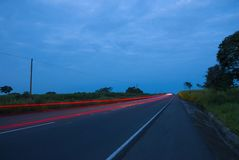 Speedingon dos carros uma estrada, Guatemala, Am?rica Central, carro da velocidade fotos de stock royalty free