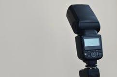 Speedlight-Gewehr mit Triggersatz brachte am Stativ an Lizenzfreie Stockfotografie
