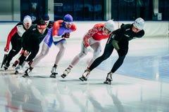 Νέα αρσενική προθέρμανση speedskater ομάδας πριν από την απόσταση ορμής φυλών Στοκ φωτογραφία με δικαίωμα ελεύθερης χρήσης