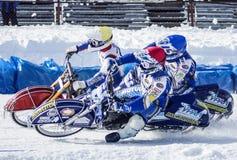 Speedwaybaan op ijs De confrontatie tussen drie ruiters Stock Afbeelding