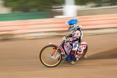 Speedwaybaanruiter op het spoor Stock Fotografie