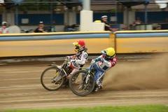 Speedwayryttare på spåret Arkivfoto