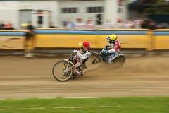 Speedwayryttare på spåret Royaltyfri Bild