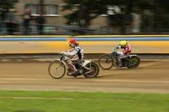 Speedwayryttare på spåret Royaltyfri Fotografi