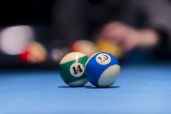 Speel Biljart Biljartballen en richtsnoer op blauw biljart tabl stock foto