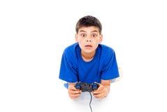 Speel de computerspelen van de jongen op de bedieningshendel Stock Afbeeldingen