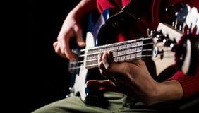 Speel de gitaar Leef muziekachtergrond Het Festival van de muziek Instrument op stadium en band Het concept van de muziek Elektri stock afbeelding