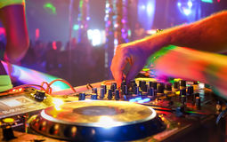 Speel de partijmuziek van DJ op de moderne speler van CD usb in discoclub Stock Foto