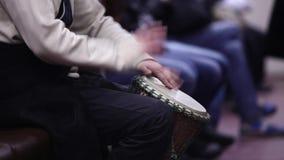 Speel de trommel