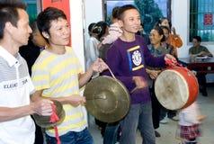 Speel de trommel: Chinees traditioneel huwelijk Stock Foto's