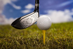 Speel golf, bal op T-stuk Royalty-vrije Stock Foto