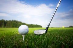 Speel golf. Club en bal op T-stuk stock foto's