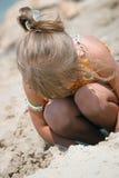 Speel jong geitjemeisje op het strand Royalty-vrije Stock Afbeelding