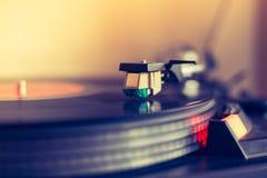 Speel retro muziek: Professionele de muziekspeler van het draai bekwame audio vinylverslag sunbeam royalty-vrije stock foto