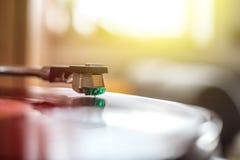 Speel retro muziek: Professionele de muziekspeler van het draai bekwame audio vinylverslag sunbeam royalty-vrije stock fotografie