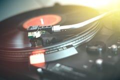 Speel retro muziek: Professionele de muziekspeler van het draai bekwame audio vinylverslag sunbeam stock foto