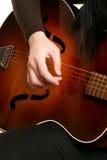 Speel strumming een gitaar Stock Afbeelding