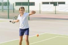 Speel tennis royalty-vrije stock afbeeldingen